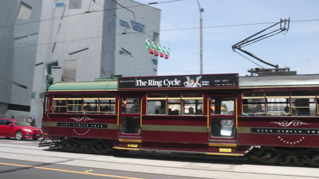 the city circle tram is seen as it passes federation square on december 1, 2016 in melbourne, australia. - 路面軌道点の映像素材/bロール