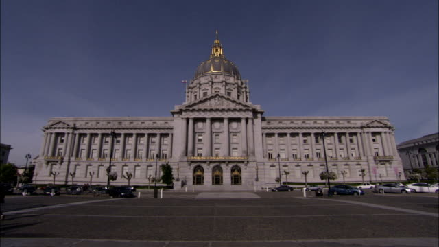 the city hall of san francisco abuts a public square. available in hd. - rathaus stock-videos und b-roll-filmmaterial