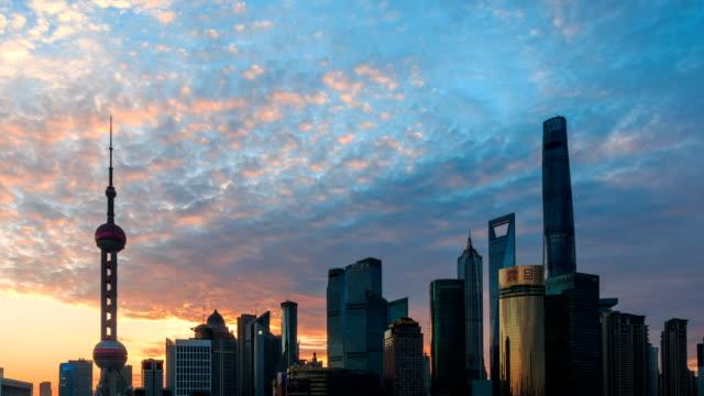 vídeos de stock e filmes b-roll de the city in the dawn - 50 segundos ou mais
