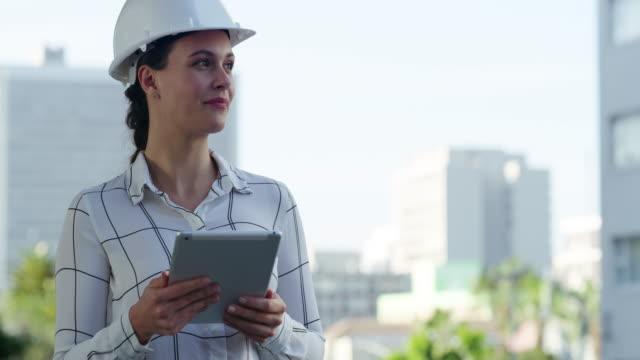 vídeos de stock e filmes b-roll de the city is like canvas to a civil engineer - trabalhadora de colarinho branco