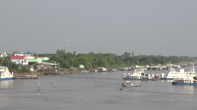The city is located by the Hâu River and Vinh Te canal