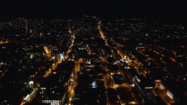 vidéos et rushes de les lumières de la ville font une vue magnifique - république d'afrique du sud