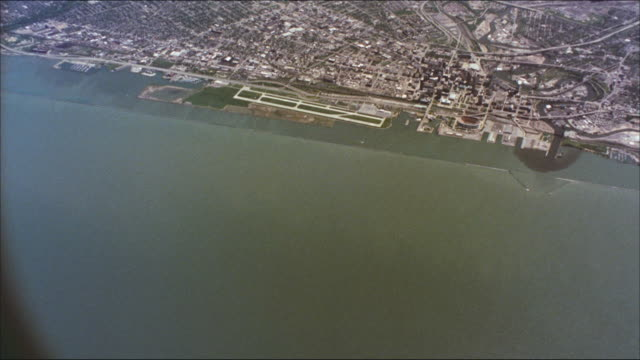 stockvideo's en b-roll-footage met the city of cleveland, ohio lines the shores of lake erie. - eriemeer