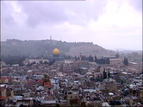 the city of jerusalem surrounds the dome of the rock in israel. - gerusalemme est video stock e b–roll
