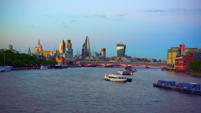 vídeos de stock e filmes b-roll de the city of london skyline and river thames at sunset. - ancorado
