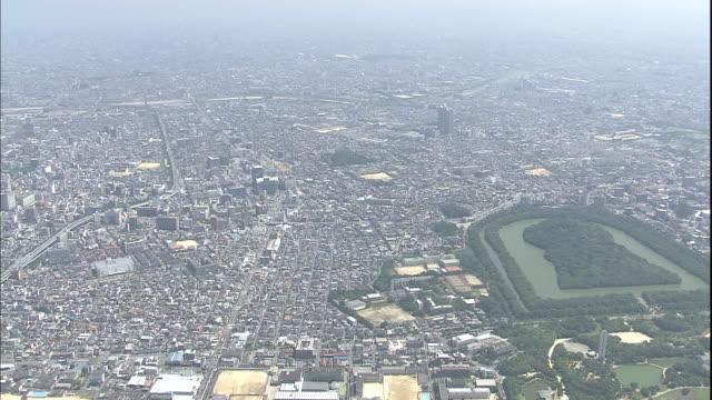 the city of osaka reaches a distant, hazy horizon. - distant点の映像素材/bロール