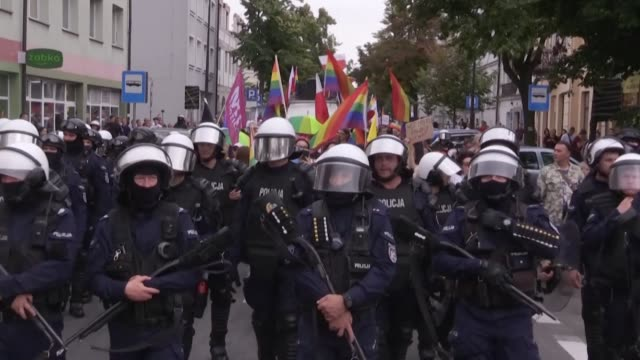 vídeos de stock e filmes b-roll de the city of plock in western poland holds its first equality parade or lgbt parade seen by many conservative poles as a provocation as riot police... - polónia