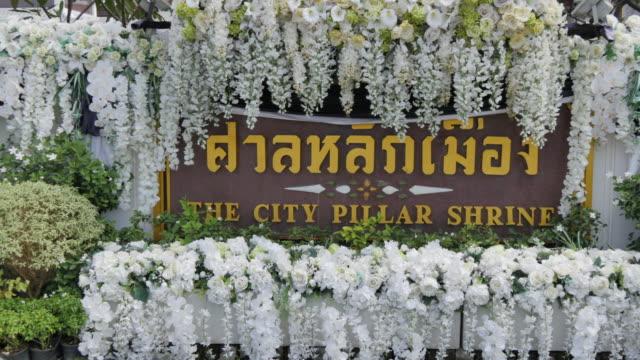 vídeos de stock e filmes b-roll de the city pillar shrine (lak muang), bangkok, thailand, southeast asia, asia - escrita ocidental