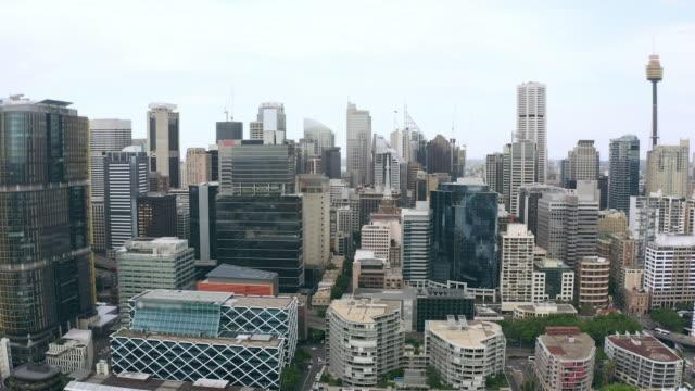 vídeos de stock e filmes b-roll de the city that seems to touch the sky - expansão urbana