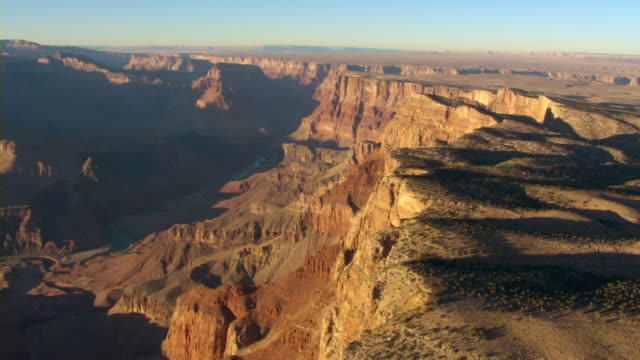 the cliffs of the grand canyon stretch toward the horizon. - grand canyon点の映像素材/bロール