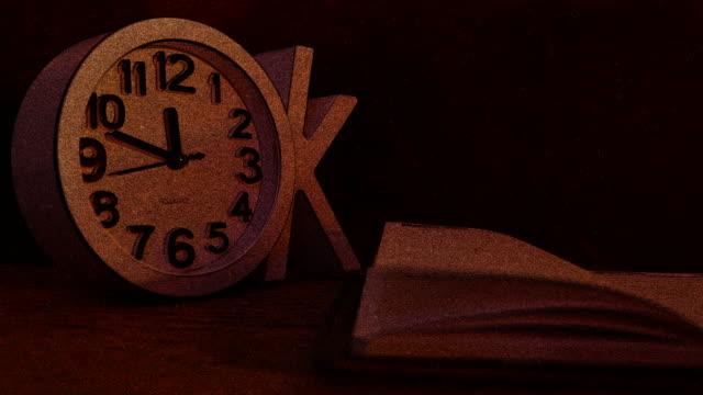 vídeos de stock, filmes e b-roll de o relógio bate 12 - meia noite