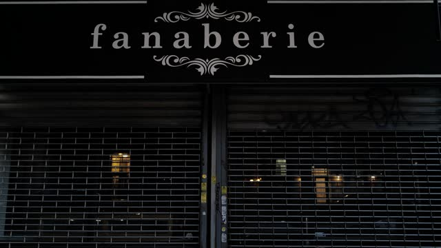 the closed store-front of fanaberie during the global pandemic covid-19 in new york city, new york, united states of america - 不動産の看板点の映像素材/bロール