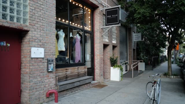 the closed store-front of the vale collection during the global pandemic covid-19 in new york city, new york, united states of america - 不動産の看板点の映像素材/bロール