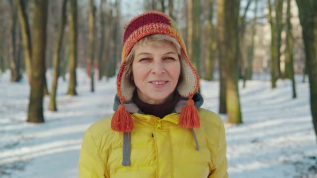 vídeos y material grabado en eventos de stock de el primer retrato de la mujer activa atractiva de 50 años caminando en el parque - 50 54 años