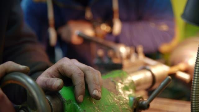 旋盤で作業している男の手のクローズアップショット - 真鋳点の映像素材/bロール