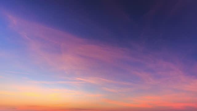 vídeos y material grabado en eventos de stock de las nubes en el cielo fueron iluminadas de rojo por el sol - gradiente de color