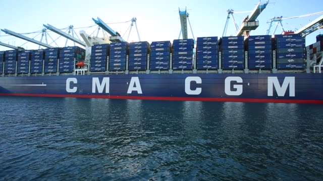 vídeos y material grabado en eventos de stock de the cma cgm benjamin franklin sits docked at the port of los angeles in california on december 26th 2015 the cma cgm benjamin franklin is the largest... - benjamín franklin