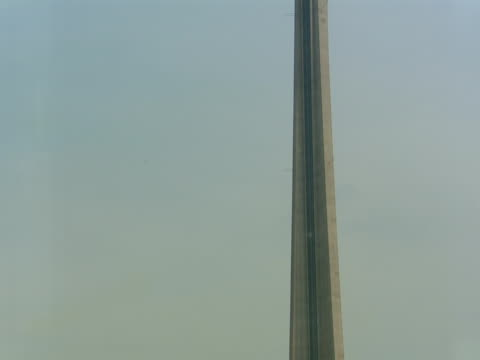 the cn tower rises above office buildings in toronto. - 超高精細点の映像素材/bロール