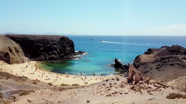 la costa dell'oceano azzurro in una limpida giornata di sole - riva dell'acqua video stock e b–roll