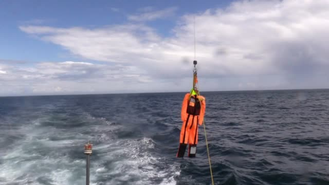 vidéos et rushes de the coastguard, several lifeboat stations and the royal navy unite for a search and rescue exercise off the coast of co down. interview with peter... - royal navy