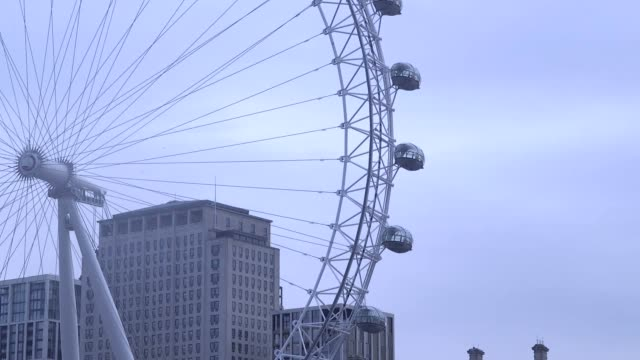 the coca-cola london eye marked the end of daylight saving time by rotating backwards for the first time on friday morning. the clocks move back an... - ランベス点の映像素材/bロール