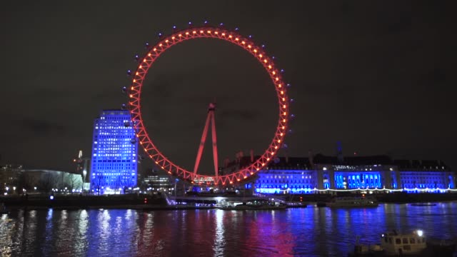 vídeos de stock, filmes e b-roll de the cocacola london eye played cupid last night helping romantic londoner alice to pop the question to her one true love in style by transforming... - cupido