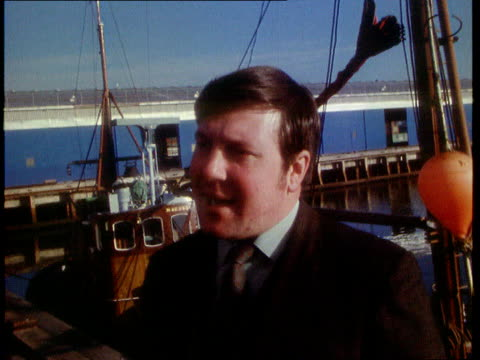 minister of agriculture and fisheries fred peart watching man gutting fish in grimsby / intvw barry mccall trawler skipper / peart boards boat / intvw - landwirtschaftsminister stock-videos und b-roll-filmmaterial