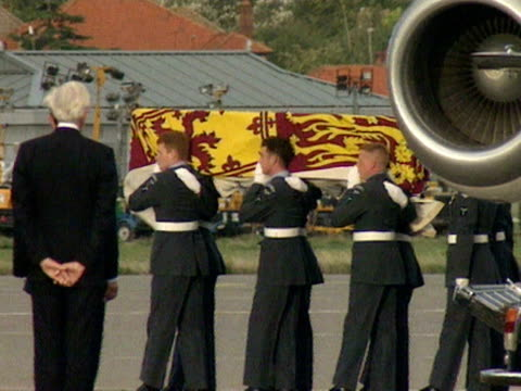 the coffin containing the body of princess diana draped in the royal standard is carried by raf officers from the plane at raf northolt. 31 august... - coffin stock videos & royalty-free footage