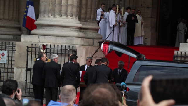 the coffin of former french president jacques chirac, covered with the french national flag, is carried by pall bearers as it leaves the... - früherer stock-videos und b-roll-filmmaterial