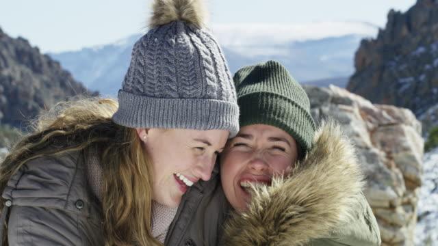 stockvideo's en b-roll-footage met de koudste dagen brengen de warmste harten naar buiten - wandelen buitensport