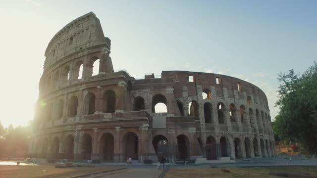 stockvideo's en b-roll-footage met het colosseum van rome bij dageraad - colosseum
