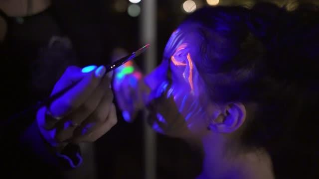 il colore della notte è qualsiasi tonalità di neon - arts culture and entertainment video stock e b–roll