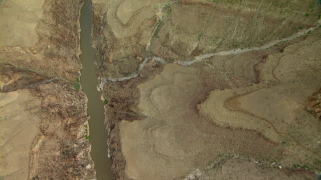 the colorado river cuts a gorge through the grand canyon., - ravine stock videos & royalty-free footage