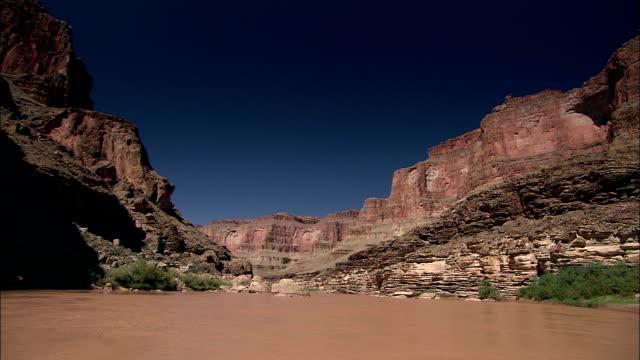 vídeos de stock e filmes b-roll de the colorado river flows through a grand canyon gorge. - peitoril de janela