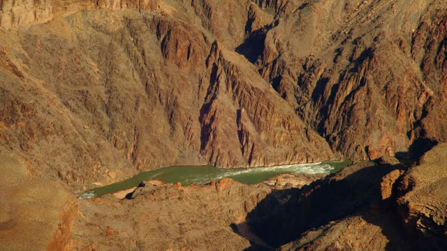 vidéos et rushes de the colorado river flows through the grand canyon. - parc national du grand canyon