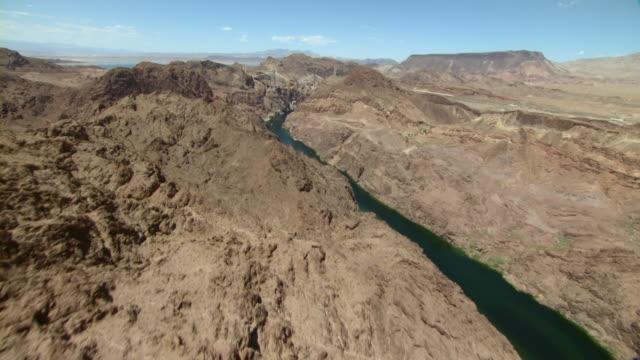 vídeos de stock, filmes e b-roll de the colorado river winds through a canyon toward hoover dam between nevada and arizona. - represa hoover