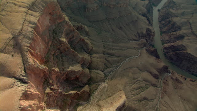 the colorado river winds through the grand canyon. - altopiano video stock e b–roll