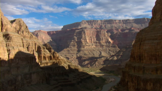 the colorado river winds through the grand canyon. - fluss colorado river stock-videos und b-roll-filmmaterial
