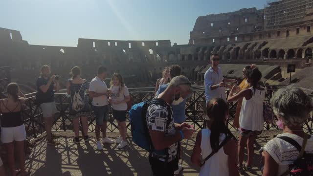 vidéos et rushes de the colosseum in rome - touriste