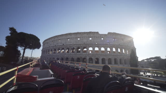 the colosseum,  piazza del colosseo, 1, 00184 roma, italy - autobus a due piani video stock e b–roll