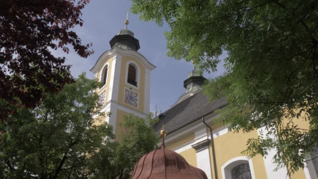 the colourful church in the town of st. johann, austrian alps, tyrol, austria, europe - 北チロル点の映像素材/bロール