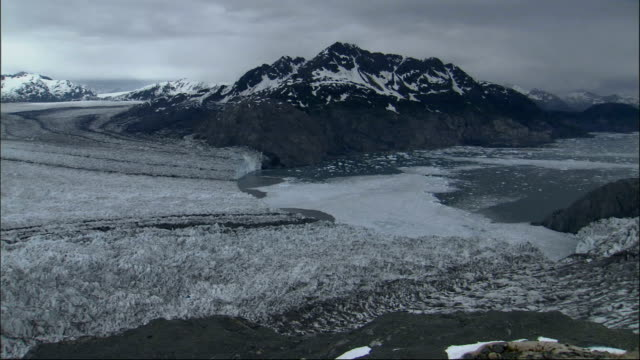 the columbia glacier fills a mountain valley in alaska. available in hd. - columbia glacier stock videos & royalty-free footage