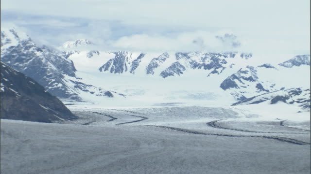 the columbia glacier stretches down from the chugach mountains. available in hd. - columbia glacier stock videos & royalty-free footage