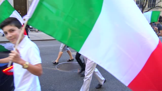 the columbus citizens foundation march during the columbus day parade on 5th avenue, midtown manhattan, new york city, usa / the car shown here is a... - italienischer abstammung stock-videos und b-roll-filmmaterial