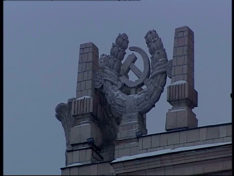 stockvideo's en b-roll-footage met the communist symbol of hammer and sickle decorates a rooftop in moscow. - communisme