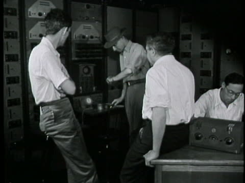 stockvideo's en b-roll-footage met the control room prepares to launch an atomic bomb during testing at trinity site in 1945. - atoombom