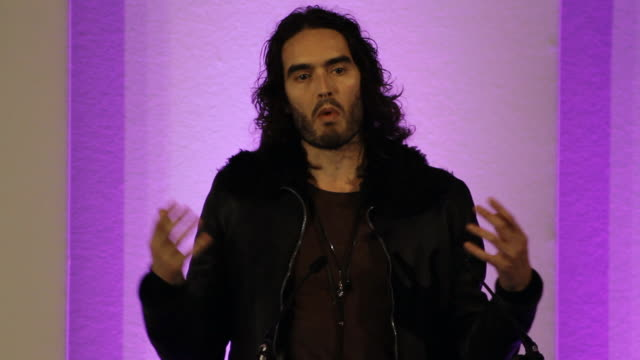 the controversial british comedian, actor, activist, and recovering addict russell brand shares his thoughts on drug addiction. - 中毒患者点の映像素材/bロール