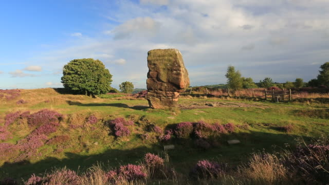 vidéos et rushes de the cork stone on stanton moor, peak district national park, derbyshire, england, uk - outcrop