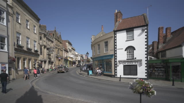 vídeos de stock, filmes e b-roll de the corner of market place and the high street glastonbury, somerset, uk - cultura inglesa