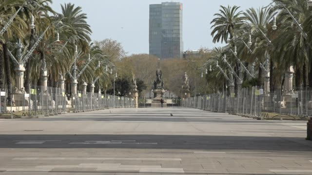 vidéos et rushes de the coronavirus health crisis has left barcelona deserted. since the spanish government decreed a state of alarm last friday, march 13 to try to stop... - spain